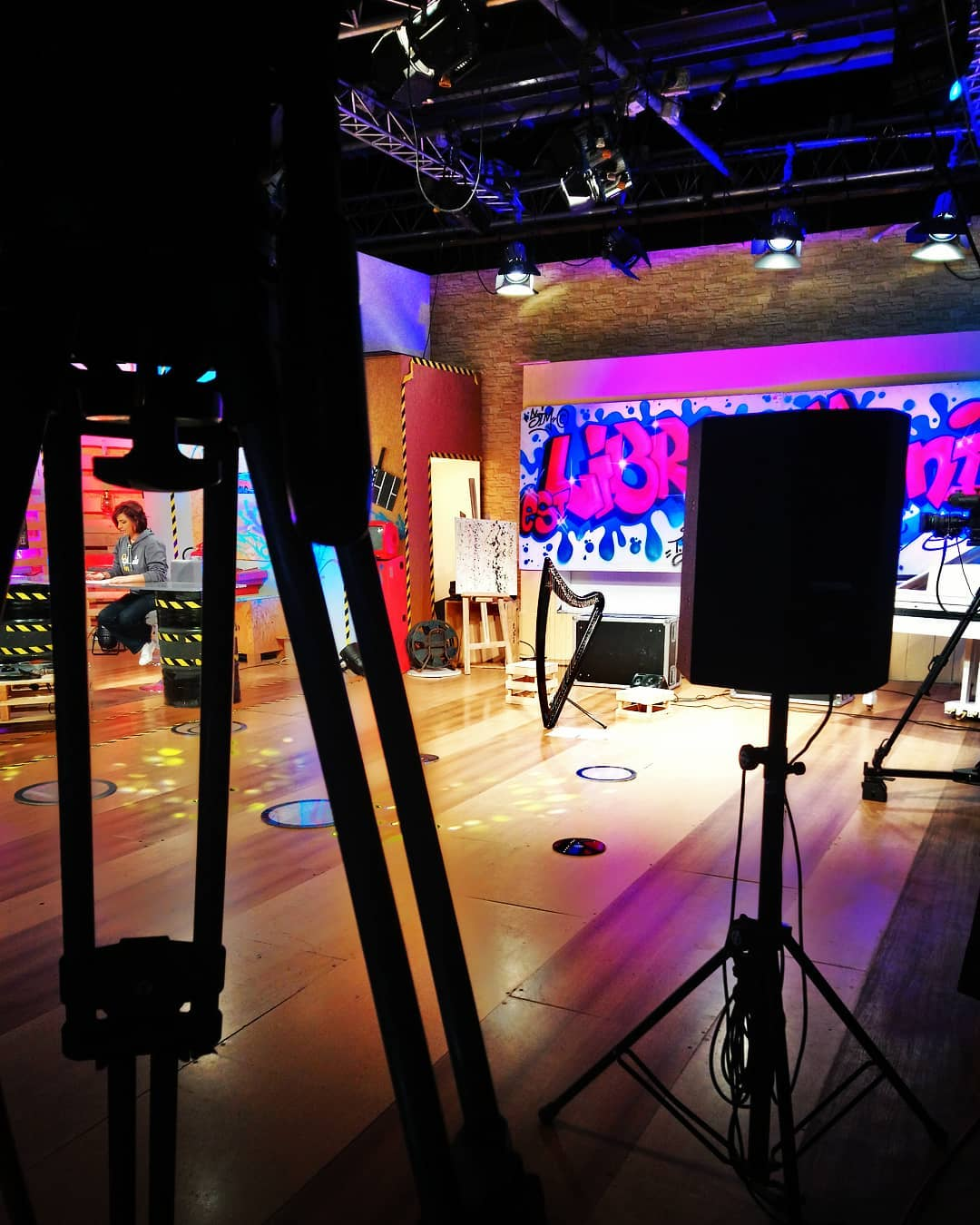 Live music and interview on the National 2 channel in a few minutes. and  Live sur la 2 dans quelques minutes pour parler d'Harkan et jouer un peu de harpe électrique