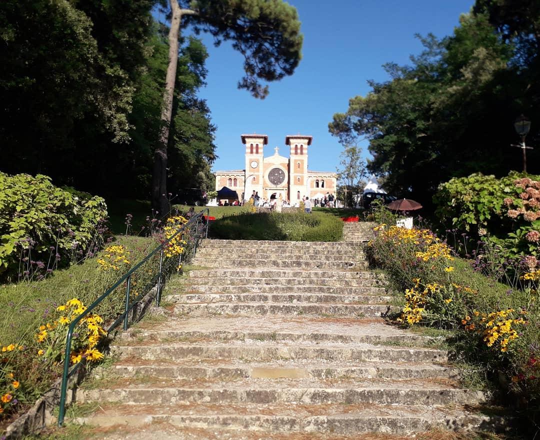 Playing in spectacular Arcachon, France tonight 🤩 ... once we've gotten the harp up these stairs that is!!  . .  Concert à 21h ce soir dans la magnifique église d'Arcachon!! L'entrée est libre et sans réservation dans la limite des places disponibles. Vous venez?  Prochaines dates dans la région: le 16, le 17 (Ste Foy La Grande), le 24 (Eygurande) et le 30 août (Gujan-Mestras). . .