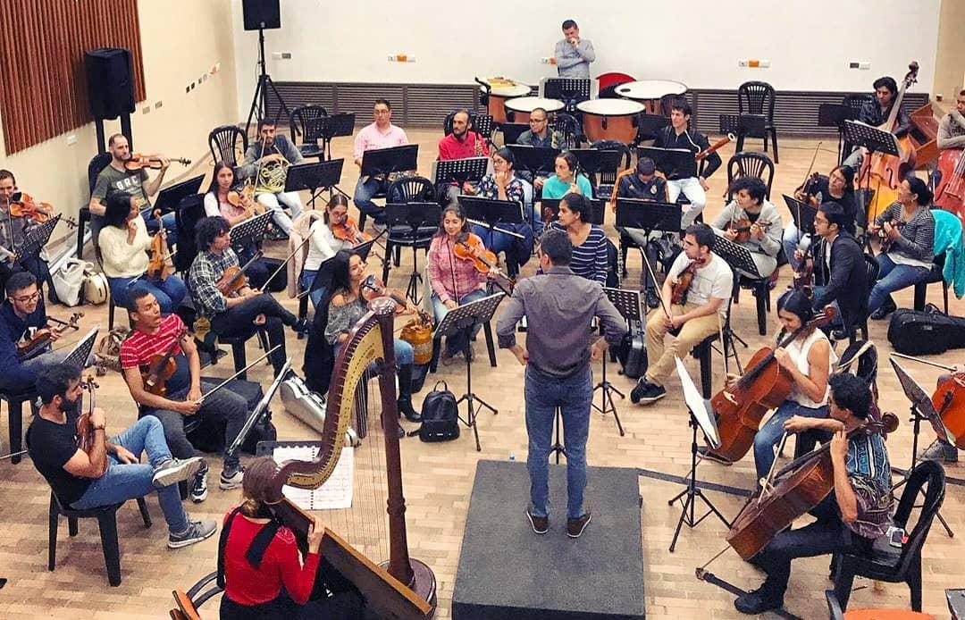 """Hi Colombia!  Gearing up for a concert in Manizales this Friday with the Orchestra of Caldas (premiering a new harp concerto!!! 🤩) and in Cúcuta on Saturday at the festival Arpa Sin Fronteras.  Salut la Colombie  on prépare la première mondiale d'un nouveau concerto pour harpe avec l'orchestre de Caldas ce vendredi! ------- @sinfonicadecaldas  Ya con nosotros los Maestros Carlos Andrés Mejía Zuluaga, director invitado esta semana y @maiadarme, arpista francesa. Ambos nos regalarán el estreno mundial del Concierto para Arpa y Orquesta """"Solstice Lunaire"""" compuesto por el maestro Mejía y que presentaremos este viernes 8 de noviembre, junto con las Bodas de Fígaro de Mozart y la Sinfonía # 7 de Dvorak en el Auditorio de Termales del Otoño.  Tendremos transporte gratuito dispuesto desde el Cable, con salida a las 6:30pm y regreso a las 8:30pm, una vez finalizado el concierto.  No se lo pueden perder. . . ."""