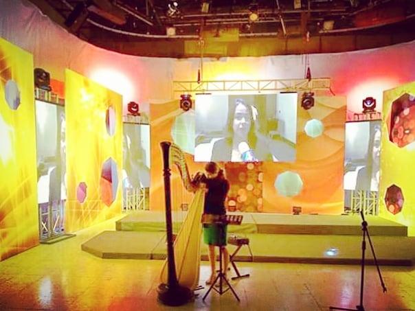 Very disco set at the TV studio today (and some definitely not disco live harp music) 🥳🤣 . . . Ambiance disco au studio TV aujourd'hui pour aller avec un live de harpe pas disco du tout 🥳🤣 . ‐----------- @cameratacaribensis  En breves minutos la @cameratacaribensis acompañará a @maiadarme y @erviolista en estudio del canal @canal4rd vamos con todo!!! 😎