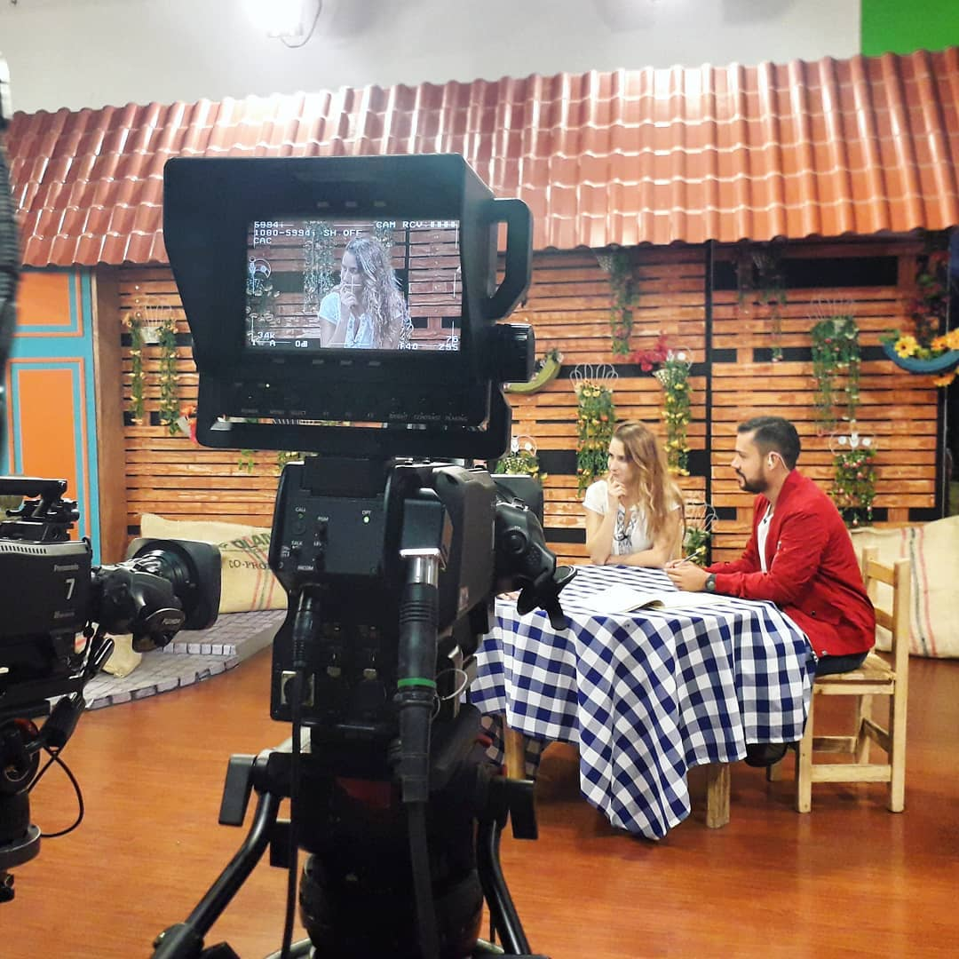 Discussing the new harp concerto by Carlos Andrés Mejía that we will be premiering tonight in Manizales, Colombia with the orchestra @sinfonicadecaldas 🙂 Concert at 7pm in the auditorium Termales del Otoño!! . . . Gracias por la invitación @radionacionalco y @canaltelecafe ️ . .